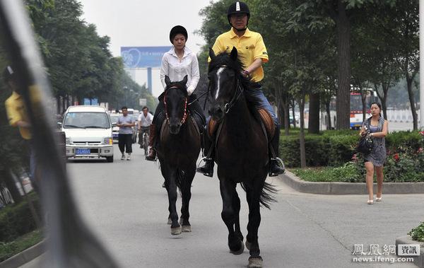 ▼唸声の気になる写真/中国:社長と女性美人秘書が馬に乗ってご通勤! - 唸声のブログ 唸声のブロ