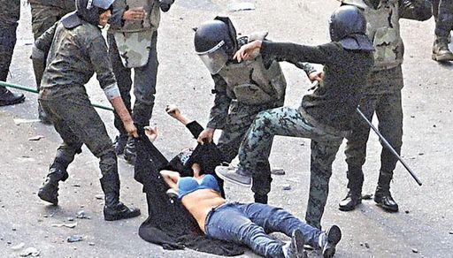 ▼唸声の気になる写真/エジプト:ブラジャー姿の女性に兵士踏み付け! - 唸声のブログ 唸声のブロ