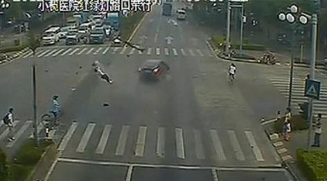 ▼唸声の衝撃映像/中国:信号無視の二人乗りのバイクが自動車に衝突する瞬間